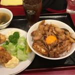 紅宝石 - 肉飯ハーフ+唐揚げハーフ 800円烏龍茶 スープ付き