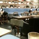 カフェ&ブックス ビブリオテーク - スタイリッシュなインテリア