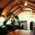 カプリ コーヒー ビーンズ - 2ndフロア☆ アーチ状の天井が解放感 カリモクの家具で統一されお洒落空間♪