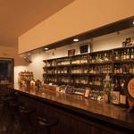 Barホトトギス - カウンターとバックボード