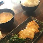 51938227 - か、角煮…                         と、到着…                       悪気は無いけど…割と薄めの3切れ…                       コレで大盛無料の「日本昔話盛りライス」をどの様に頂けと?                       コストは確かにね…                                              同じ角煮なら…周辺の中華の方が量があります。
