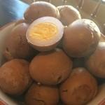 りゅうそう茶屋 - にんにく、お醤油、昆布、豚骨のスープで煮た、大人気煮卵