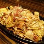 デザイナーズ個室居酒屋 地鶏坊主 - 鉄板鶏ちゃん焼き(842円)