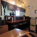山月 - お店はご夫婦で営業されてるらしく、カウンターとテーブル席といったシンプルで清潔感がある店内でした。