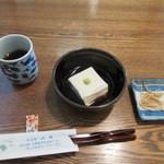 山月 - 注文すると先ずはそば茶とセットでお願いした吾豆腐、そしてそば煎餅がテーブルに運ばれてきました。   吾豆腐はモチモチ感のある独特の食感です。