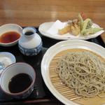 山月 - 吾豆腐をいただいてるとメインの天婦羅蕎麦の出来あがりです。