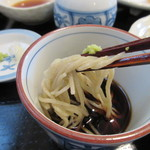 山月 - 蕎麦は細麺で仕上げてあるんで10割蕎麦にある食べ難さは全く感じない喉当たりです。