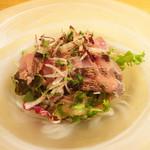 51949095 - 「晴れ間 本日のゆうげ」(3,800円)                         魚料理。                         何の魚か失念しましたが、カルパッチョ風サラダ。                         炙った魚の香りが抜群でした。