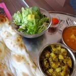 ブリティッシュ インディアン カフェ1930 - 2種のカレーセット:マサラポテトと日替わりのチキン&ブロッコリ。サラダはアボカド入り。