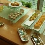 ビュッフェレストラン ラフォーレ - ベーグドチーズケーキ、キウイタルト、モカプリン、ホワイトチョコのシュークリーム