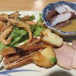 あこめの浜 - 『今月の小さな前菜盛り合わせ』。 タコの酢味噌・けむ豚(もも肉の燻製)・手作り海鮮さつま揚げ・五島産あたりめ・海老の素揚げ。