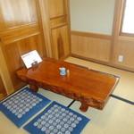 三城寿司 - 座敷はテーブルが二つだけ。