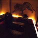南屋和牛堂 - 奥の小上がり席 壁面には迫力の虎の水彩画