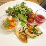 ボヌール・ヴェール - とりのあっさり塩焼きとりんごとさばのマリネ・サラダ・フルーツドリンク