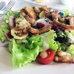 ブラッスリーオザミ - サラダはボリュームたっぷり。吉田豚のベーコンが旨い。
