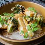 山本のハンバーグ - ジャガイモとブロッコリーのグリルをシーザーサラダ風に仕上げました。 この名前、気に入ってます。笑