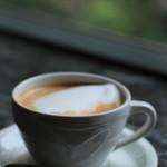 カフェドゥラプレス - 記者たちのカフェ ダブルエスプレッソと泡立てられたミルクとを合わせて