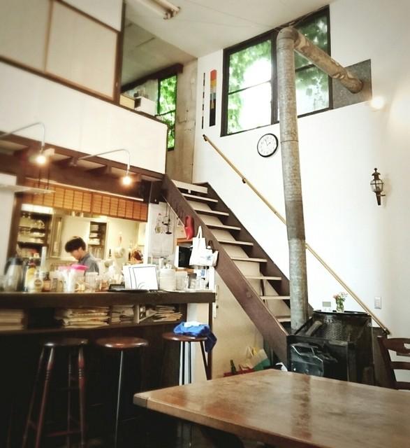カフェ アリエ - 吹き抜けの店内