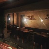 エスティロ・リブレ - 木と土壁で作られた落ち着いた店内