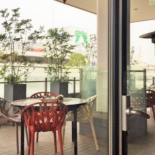 焼肉トラジ たまプラーザテラス店 - 開放的なテラス席