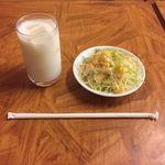 Sakura - ラッシーとサラダ。
