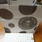 51986146 - 友人からもらったマカロン。紙袋も、シックなデザインでお洒落。