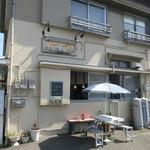 ブリーザ・ド - お店は港にあるドックの近くにある住吉神社の前にあります。