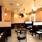 茂とん - 落ち着いた色調のゆったりとした店内でごゆっくりお食事をお楽しみ下さい。