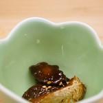 与多呂 - まずは先付、与太郎さん名物の鯛の肝の佃煮と、勘八のカマの佃煮