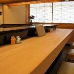 与多呂 - 一枚板の立派なカウンターテーブル、やっぱり寿司屋はこれですね♪