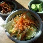 櫻守 - セットの小鉢、サラダ、漬物