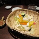 酒場氷炭 - 先ずはお通し、新鮮な野菜を添えられた味噌をつけて4人でいただきました。