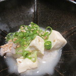 酒場氷炭 - 塩もつ煮込み580円、プリプリ小腸を煮込み塩で味付け豆腐と一緒に仕上げた絶品です。
