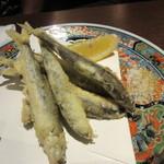 酒場氷炭 - 鮎の天婦羅580円、琵琶湖産の稚アユをカリッと天婦羅に揚げてあります。