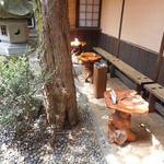 52017212 - 店内の奥の庭で食べることができる