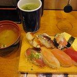 まわるお寿司 うみ - 「日替8巻セット みそ汁付き(\500)」。