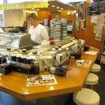 まわるお寿司 うみ - 店内の様子。