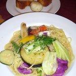 5202576 - 季節野菜の彩りペペロンチーノとパン