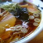 いまの家 - スープはまる鶏の脂が主張します。塩梅は見た目ほど濃くはありません