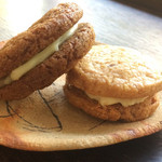 ワ コーヒー - クッキーサンド  チョコと生姜・クルミとクリームチーズ