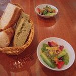キッチンタク - フォカッチャとサラダ