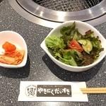 やきにくだいすき - 料理写真:サラダとミニキムチ