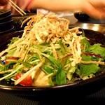 牛もつどて鍋 まつい亭 - カリカリごぼうと水菜の豆腐サラダ