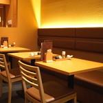 切麦や甚六 - テーブル席