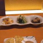 切麦や 甚六 - おばんざい三種盛り (豆腐のキノコ餡かけ、小松菜のおひたし、蒟蒻の煮付け)