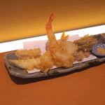 切麦や 甚六 - 天ぷら (イカ天、エビ天、半熟たまご天、春ごぼう天)
