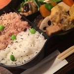 らく万 - ひょうたん弁当。白米+お赤飯。1000円おしんこと赤味噌の汁つき。