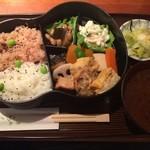 らく万 - ひょうたん弁当。白米+お赤飯。1000円。おしんこと赤味噌の汁つき。