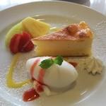 52047017 - デザートは、アイスクリームとチーズケーキ、そして、パイナップルやメロン、イチゴが添えられていました。