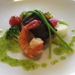 52047035 - メインは、車海老とイナダのポワレ。くにたち野菜に加えて、フランス産アスパラガス(アスペルジュ)が添えられていました。